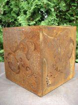 Barock kub gjord av rostig metall, 36 x 36 cm