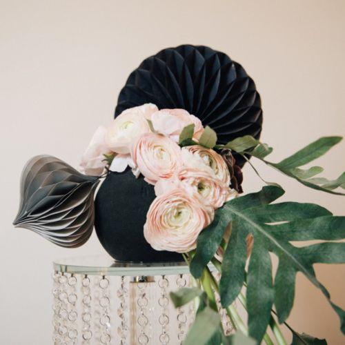 Blommig skumkula svart svart Ø16cm 2st